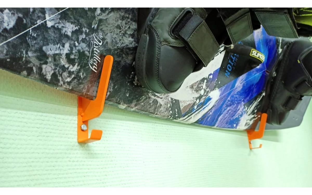 Вешалка-кронштейн SGE-3 для хранения сноубордов.